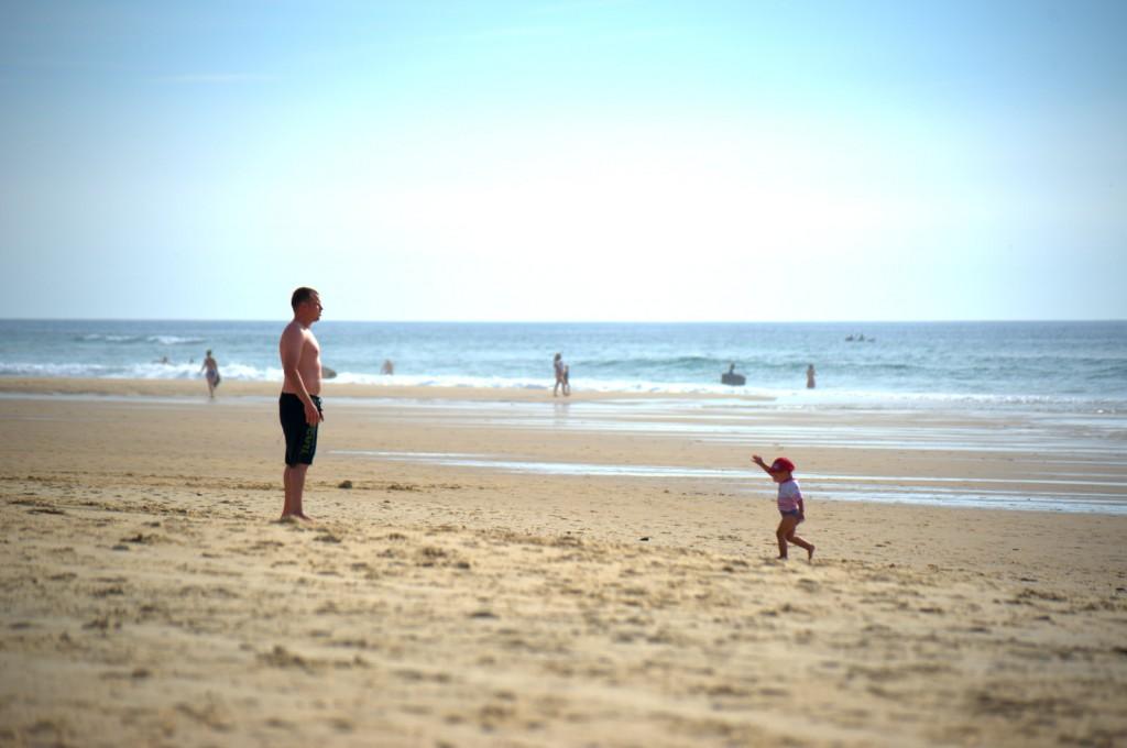 Kleiner Strandmensch und großer Strandmensch
